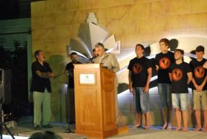 J. L. Navarro es nombrado Ciudadano Honorario de Quíos por su Alcalde en presencia de su grupo. Julio, 2014.