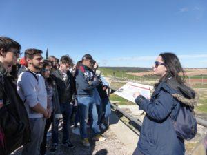 Andrea Díaz de 1º de Bachillerato explica a sus compañeros el Foro de Segóbriga