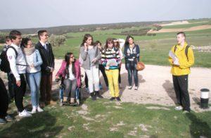 Un alumno explica a sus compañeros la Historia de Segóbriga.