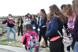 Una alumna explica a sus compañeros la estructura del teatro.