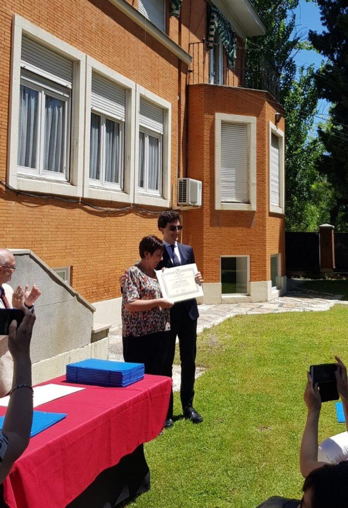 Entrega del diploma por la Secretaria de la SEEC